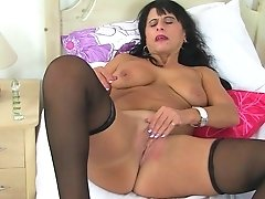 Brit Mummy Raven Strips Off And Taunts Her Vag